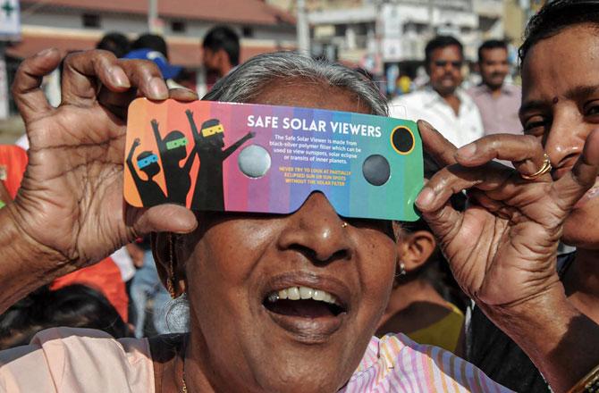 "<p style=""text-align: right;"">چکماگلور، کرناٹک میں ایک&nbsp; معمر خاتون سورج گرہن کو دیکھتے ہوئے۔&nbsp;</p>"