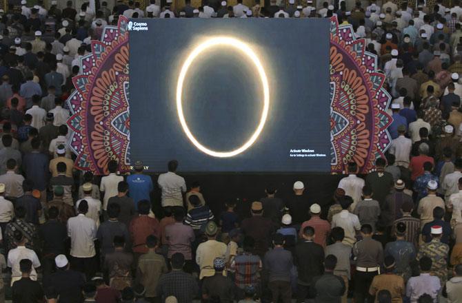 "<p style=""text-align: right;"">&nbsp;سورابایا،ایسٹ جاوا، انڈونیشیا کی مسجد میں ۲۶ دسمبر کے موقع پر دکھنے والے سورج گرہن&nbsp; پر نماز کسوف ادا گئی۔&nbsp;</p>"