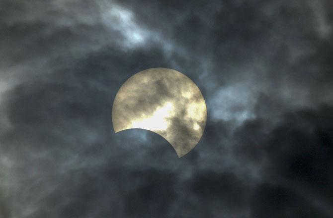 "<p style=""text-align: right;"">کراڈ، ستارا میں سورج گرہن کا نظارہ</p>"