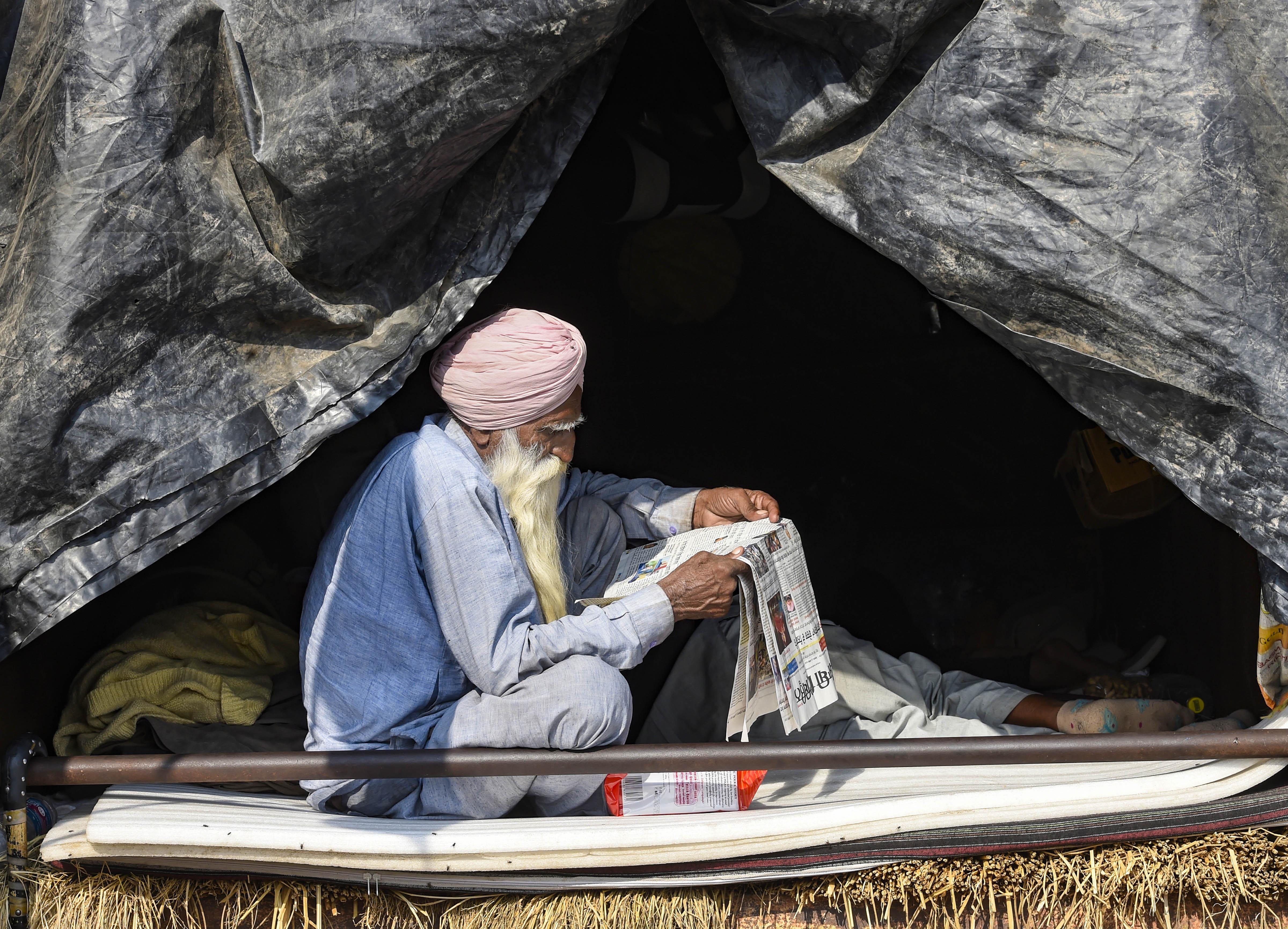 "<p style=""text-align: right;"">دہلی، سنگھو بارڈر&nbsp; پر ایک کسان اخبار کا مطالعہ کرتے ہوئے۔ کسانوں نے گودی میڈیا کا بائیکاٹ کیا ہے۔ بی جے پی کے آئی ٹی سیل کے مقابلے میں کسانوں نے بھی اپنا آئی ٹی سیل بنا لیا ہے۔علاوہ ازیں کسانوں نے خود کا ایک اخبار بھی جاری کر دیا ہے۔ تصویر : پی ٹی آئی</p>"">4/6</p>    <p class="