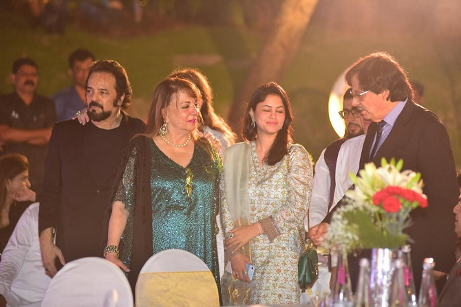 "<p style=""text-align: right;"">سنجے خان اپنی اہلیہ زرین خان (سبز لباس) اور چھوٹے بھائی اکبر خان کے ساتھ۔ سنجے خان کا اصل نام عباس خان ہے۔ سنجے خان، فیروز خان کے چھوٹے بھائی ہیں۔</p>"