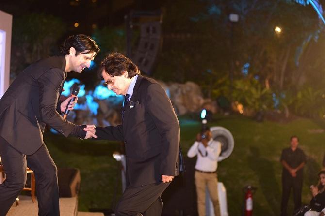 "<p style=""text-align: right;"">زید خان اپنے والد سنجے خان کی اسٹیج پر آنے میں مدد کرتے ہوئے۔</p>"