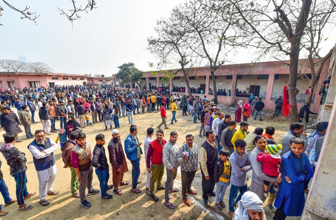 "<p style=""text-align: right;"">شاہین باغ کے علاقے میں ابوالکلام آزاد اسکول پولنگ اسٹیشن پر قطار میں کھڑے رائے دہندگان ، جو دہلی اسمبلی انتخابات کے دوران ،کئی ہفتوں سے شہریت ایکٹ کے خلاف پرامن احتجاج کا مظاہرہ کررہے ہیں۔ تصویر : پی ٹی آئی</p> <p style=""text-align: right;"">&nbsp;</p>"