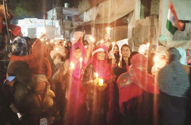 خواتین کے کینڈل مارچ کا ایک منظر ۔ تصویر : انقلاب