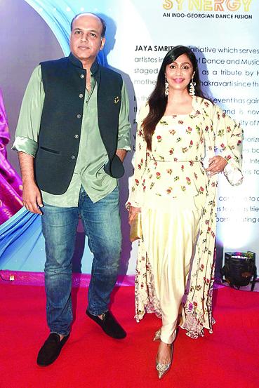 "<p style=""text-align: right;"">آشوتوش کو اپنی اہلیہ سنیتا کے ساتھ دیکھا جاسکتاہے جو اکثر ان کے ہمراہ شوٹنگ اور دیگر پارٹیوں میں نظر آتی ہیں۔ ان کا شادی سے پہلے سرنیم مکھرجی تھا۔</p>"