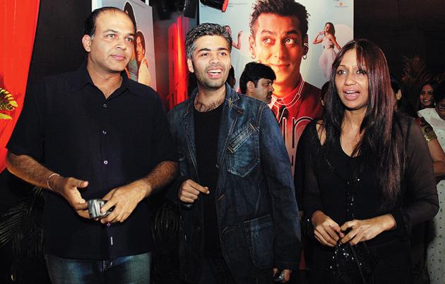 "<p style=""text-align: right;"">فلمساز اور ہدایتکار کرن جوہر اور آشوتوش ممبئی شہر کے ایک سنیماہال میں ایک ساتھ دیکھے جاسکتے ہیں ۔ ان کے عقب میں سلمان خان کے پوسٹر کو دیکھا جاسکتا ہے۔&nbsp;</p>"
