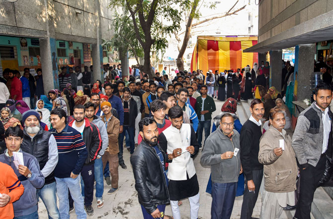 "<p style=""text-align: right;"">نئی دہلی کے باٹلا ہاؤس کے ایک پولنگ اسٹیشن پر، رائے دہندگان دہلی اسمبلی انتخابات کے لئے ووٹ ڈالنے کیلئے قطار میں کھڑے ہیں۔ تصویر : پی ٹی آئی</p>"
