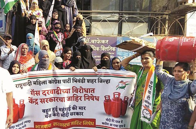 رسوئی گیس کی قیمت میں اضافہ کے خلاف این سی پی کی کارکنان کا احتجاج ۔ تصویر: انقلاب