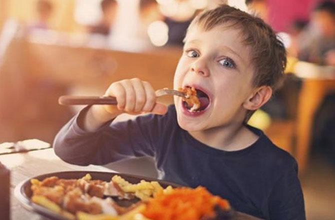 بچوں کو کیسے کھلائیں صحت بخش غذا ۔ تصویر : آئی این این