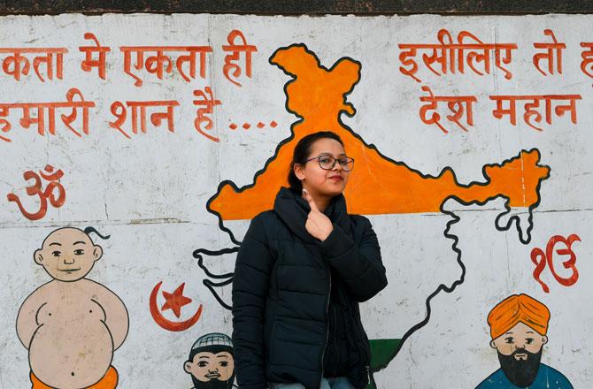 "<p style=""text-align: right;"">پرانی دہلی کے ایک پولنگ اسٹیشن پر دہلی اسمبلی انتخابات کے دوران ووٹ ڈالنے کے بعد پہلی بار رائے دہندگان اپنی انگلی پر سیاہی کا نشان دکھاتی ہوئے ۔ تصویر : پی ٹی آئی</p>"