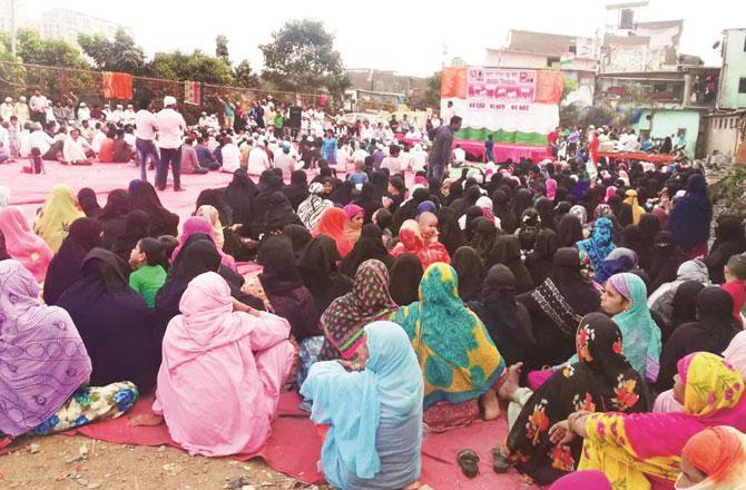 مہاڈا گراؤنڈ میں منعقدہ احتجاج میں خواتین بھی نظرآرہی ہیں۔ تصویر: انقلاب