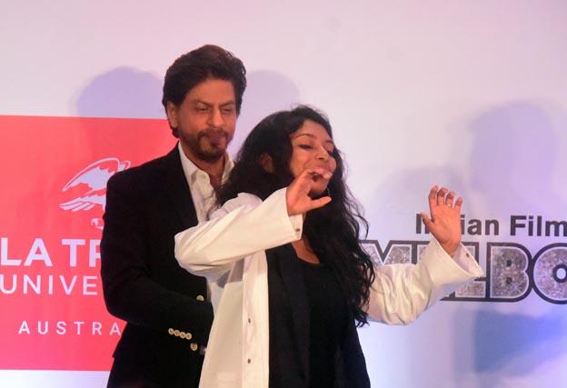 "<p style=""text-align: right;"">شاہ رخ خان ،گوپیکا کو اسکالر شپ کا میڈل پہناتے ہوئے دیکھے جاسکتے ہیں اور گوپیکا اس موقع پرپُر مسرت نظر آرہی ہیں اور ان کے چہرے سے بہت خوشی ظاہر ہورہی ہے۔&nbsp;</p>"