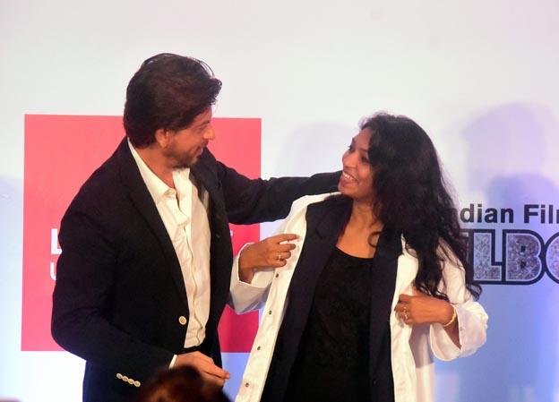"<p style=""text-align: right;"">شاہ رخ خان اور گوپیکا ایک دوسرے سے بات چیت کرتے ہوئے ۔ انہو ںنے گوپیکا کو اس کامیابی کیلئے مبارکباد دی اور ترقی کیلئے نیک خواہشات کا اظہار کیا۔&nbsp;</p>"
