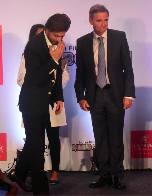 "<p style=""text-align: right;"">شاہ رخ خان اپنے انداز میں شائقین کو آداب کرتے ہوئے &nbsp;جبکہ آسٹریلیا کی یونیورسٹی کے چانسلر ان کے انداز کو دیکھ رہے ہیں۔&nbsp;</p>"