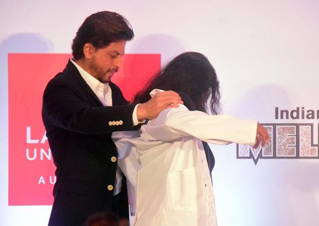 "<p style=""text-align: right;"">شاہ رخ خان گوپیکا کو پی ایچ ڈی کیلئے جیکٹ پہناتے ہوئے دیکھے جاسکتے ہیں۔ اسی موقع پر شاہ رخ خان نے میلبورن فلم فیسٹیول کا تذکرہ بھی کیا۔&nbsp;</p>"