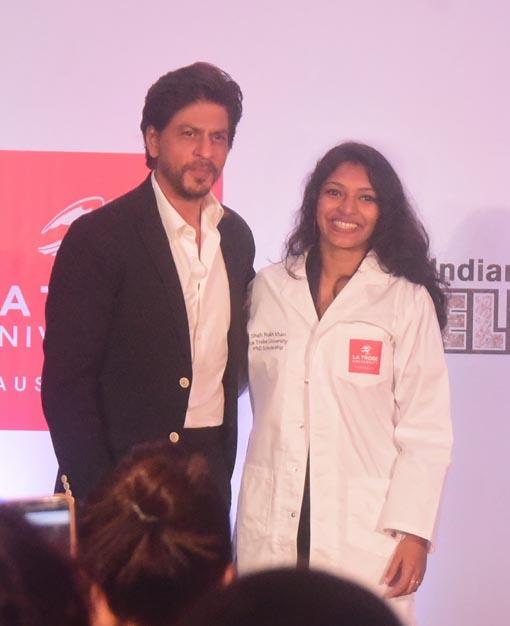 "<p style=""text-align: right;"">شاہ رخ خان کے ساتھ گوپیکا کو خوشگوار موڈ میں دیکھا جاسکتاہے ۔کیرالا کی خاتون کو شاہ رخ سے ملاقات پر بہت زیادہ خوشی ہورہی ہے۔</p>"