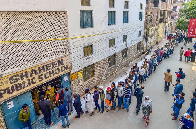 "<p style=""text-align: right;"">شاہین باغ کے علاقے شاہین پبلک اسکول کے پولنگ اسٹیشن پر لوگ اپنا ووٹ کاسٹ کرنے کے قطار میں ہیں۔شاہین باغ علاقے میں گزشتہ ماہ سے شہریت ترمیمی قانون کیخلاف پر امن احتجاج جاری ہے۔&nbsp;</p> <p style=""text-align: right;"">تصویر : پی ٹی آئی</p>"