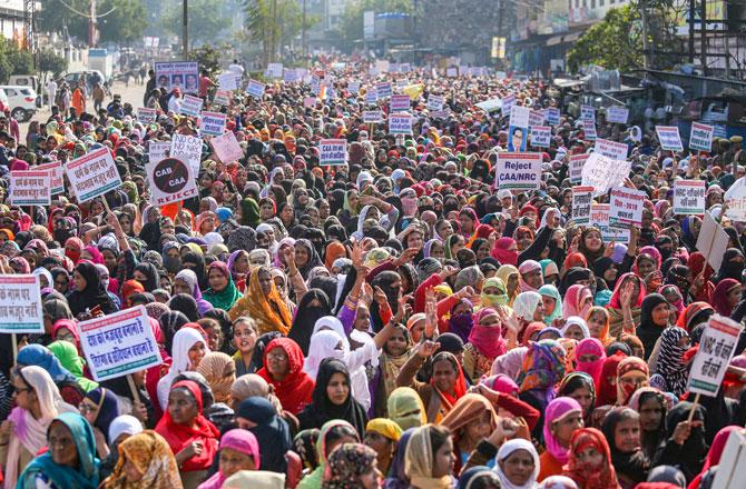 "<p style=""text-align: right;"">کولکاتہ میں ۱۱ جنوری کو خواتین نے شہریت ترمیمی قانون اور این آر سی کیخلاف احتجاج کیا۔ تصویر : پی ٹی آئی</p>"
