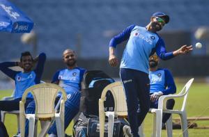 ٹیم انڈیا اور سری لنکا کے کھلاڑی تیسرے ٹی ۲۰ میچ سے قبل مشق کرتے ہوئے