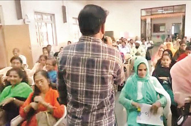 اساتذہ کو دی جانے والی ٹریننگ کا ایک منظر ۔ تصویر : انقلاب