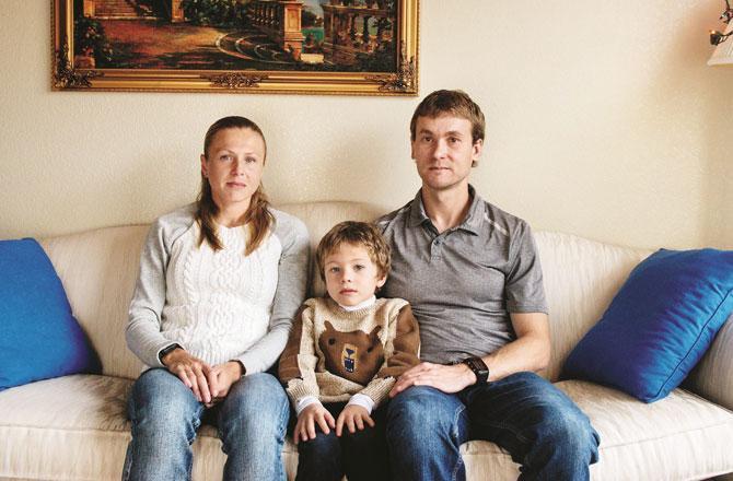 وٹیلی اور یولیا اپنے ۶؍ سالہ بیٹے رابرٹ کے ساتھ