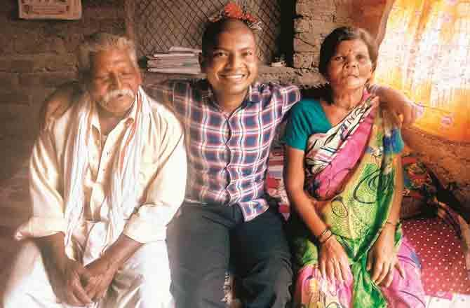 Akshay with Parents - Pic :  Inquilab