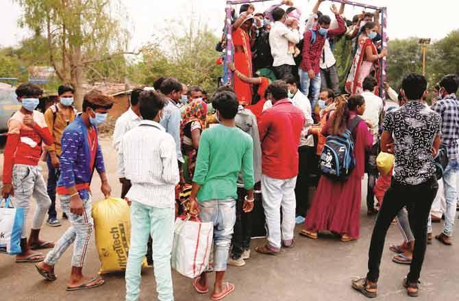 Ahmedabad Labors returning home - Pic : PTI