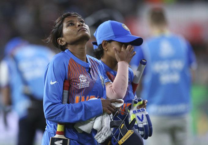 "<p style=""text-align: right;"">ٹیم انڈیا کی کھلاڑی راجیشوری گائیکواڑ کوشکست کے بعد پویلین لوٹتے ہوئے دیکھا جاسکتاہے اور ان کے چہرے پر مایوسی نظر آرہی ہے۔</p>"