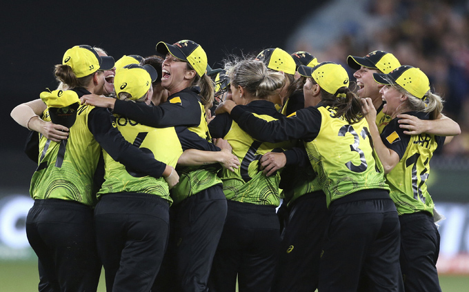 "<p style=""text-align: right;"">ہندوستان کا آخری وکٹ لینے کے بعد آسٹریلیا کی ٹیم &nbsp;کی کھلاڑی ایک دوسرے کو مبارکباد دینے میں مصروف ہوگئیں۔&nbsp;</p>"