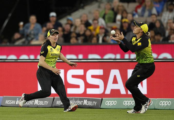 "<p style=""text-align: right;"">آسٹریلیا کی خاتون کھلاڑی ٹیم انڈیا کپتان ہرمنپریت کور کا کیچ لیتے ہوئے &nbsp;دیکھی جاسکتی ہیں اور اس کیلئے وہ پُرعزم نظر آرہی ہیں۔</p>"