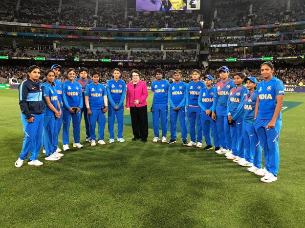 "<p style=""text-align: right;"">آسٹریلیا کی ٹینس لیجنڈ بلی جین کو ہندوستان کی ٹیم کے ساتھ دیکھا جاسکتاہے ۔ بلی جین ہندوستانی ٹیم کو شکست پر دلاسہ دینے کیلئے میدان پر آئی تھیں۔</p>"
