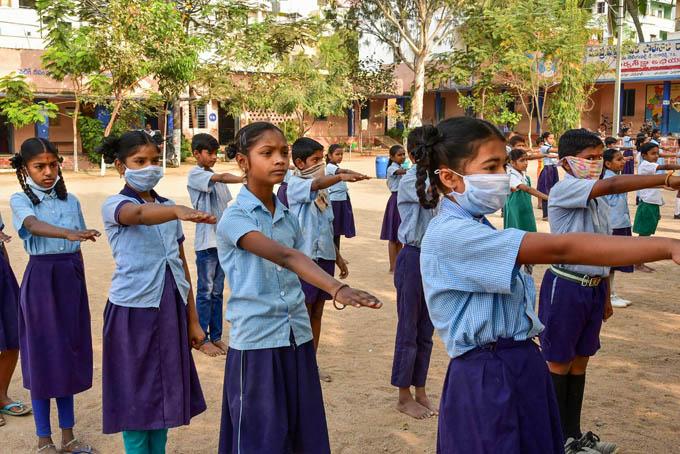 "<p style=""text-align: right;"">حیدرآباد کے ایک اسکول کی طالبات ماسک لگاکرکورونا وائرس کے خلاف لڑنے کا عزم کرتی ہوئی دیکھی جاسکتی ہیں۔</p>"