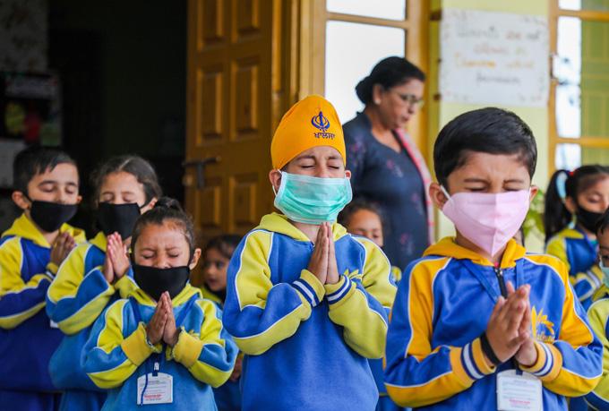 "<p style=""text-align: right;"">جموں میں واقع ایک اسکول کے طلبہ ماسک پہن کر خدا سے دعاکررہے ہیں کہ اس بیماری سے جلد نجات مل جائے۔</p>"