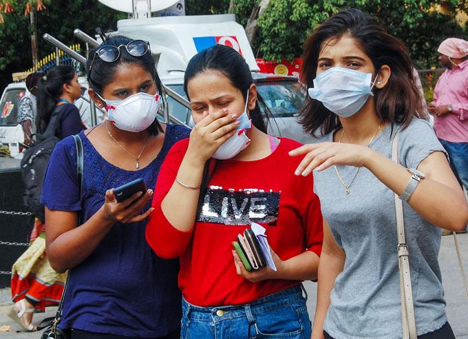 "<p style=""text-align: right;"">حیدرآباد میں کالج کی طالبات ماسک پہن کر احتیاطی تدابیر کررہی ہیں۔ حیدرآباد میں کورونا وائرس کا مثبت معاملہ سامنے آیا تھا۔&nbsp;</p>"