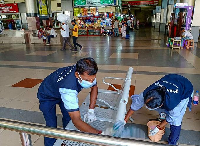 "<p style=""text-align: right;"">حیدرآبادمیں کورونا وائرس کا معاملہ سامنے آنے کے بعد ریلوے &nbsp;اسٹیشن پر صفائی ملازمین صاف صفائی کرتے ہوئے ۔&nbsp;</p>"