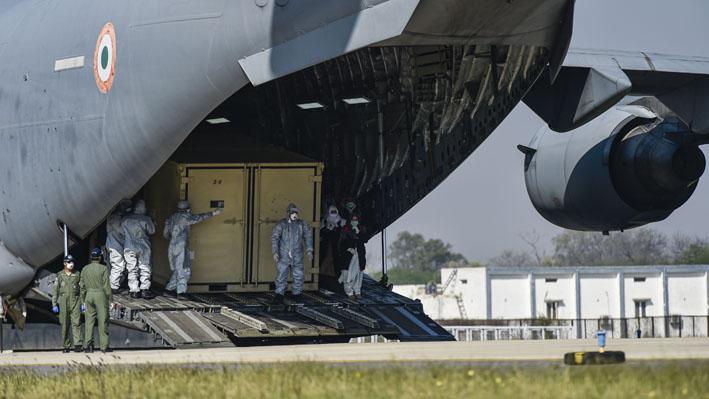 "<p style=""text-align: right;"">ہندوستانی فوجی طیارے میں سے ایک باکس کو باہر نکال رہے ہیں۔ ہندوستان کی فضائی فوج نے پوری تیاری کے ساتھ ایران کا دورہ کیا تھا۔ &nbsp;</p>"