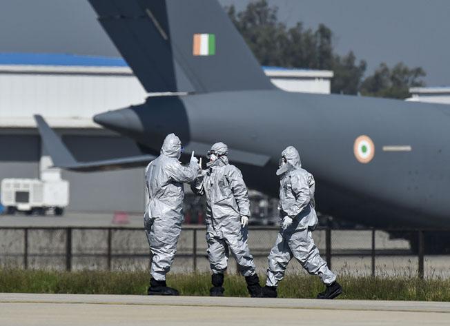 "<p style=""text-align: right;"">ہندوستان کے فضائی فوج کے ڈاکٹرس آپس میں گفتگو کررہے ہیں ا ور مسافروں کی صحت کے تعلق سے حکمت عملی بنارہے ہیں۔</p>"