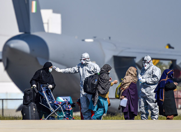 "<p style=""text-align: right;"">ایئرفورس اسٹیشن کے قریب فضائی فوج کے &nbsp;ڈاکٹرس تھرمل کے ذریعہ ایران لوٹنے والی خاتون مسافروں کی جانچ کررہے ہیں۔&nbsp;</p>"