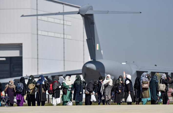 "<p style=""text-align: right;"">ہنڈن ایئرفورس اسٹیشن کے قریب ایران سے لوٹنے والی خاتون مسافروں کا ایک جتھا حکام کا انتظار کررہا ہے۔&nbsp;</p>"