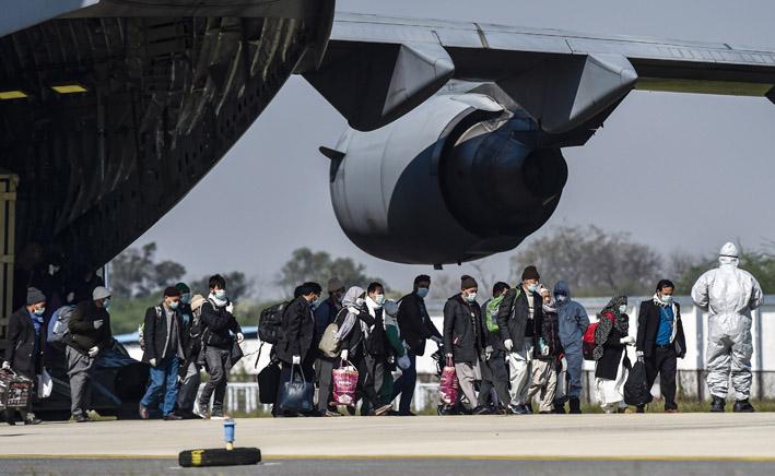 "<p style=""text-align: right;"">ہنڈن ائیرفورس اسٹیشن میں قیام شدہ طیارے سے ایران سے لائے گئے مسافر باہر آتے ہوئے۔&nbsp;</p>"