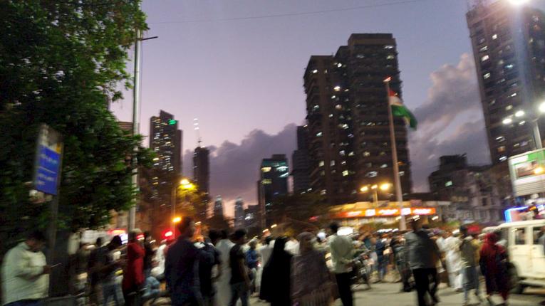"""<p style=""""text-align: right;"""">جمعہ کی شام زیادہ سے زیادہ افراد نے ممبئی باغ کا رخ کیا اور یہ تصویر اسی موقع کی ہے۔&nbsp;</p>"""