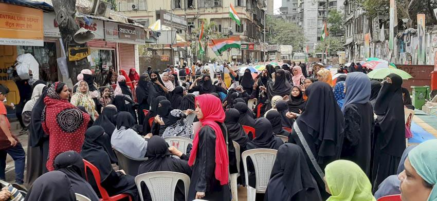 """<p style=""""text-align: right;"""">پولیس کی کارروائی کے باوجود خواتین ممبئی باغ میں ڈٹی ہوئی ہیں اور ترنگا لہراکر اپنے حوصلے اور عزم کا اظہار کررہی ہیں۔</p>"""