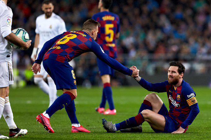 "<p style=""text-align: right;"">بارسلونا کے کپتان لیونل میسی کھیل کے دوران میدان پر گر گئے جنہیں دیگر ایک ساتھی نے ہاتھ دے کر اٹھایا۔&nbsp;</p>"