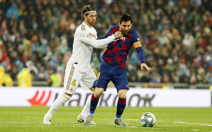 "<p style=""text-align: right;"">ریئل میڈرڈ کے کپتان سرجیو راموس ، بارسلونا کے کپتان لیونل میسی کو روکتے ہوئے دیکھے جاسکتےہیں۔&nbsp;</p>"