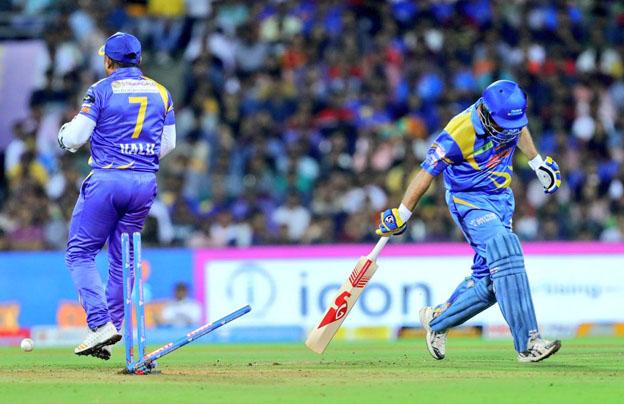 """<p style=""""text-align: right;"""">انڈیا لیجنڈز کے کھلاڑی کو رن آؤٹ ہوتے ہوئے دیکھا جاسکتاہے۔</p>"""