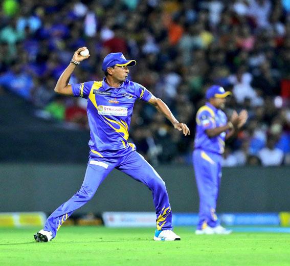 "<p style=""text-align: right;"">سری لنکا لیجنڈز کے کھلاڑی کو رن آؤٹ کرنے کیلئے گیند پھینکتے ہوئے دیکھا جاسکتاہے۔</p>"