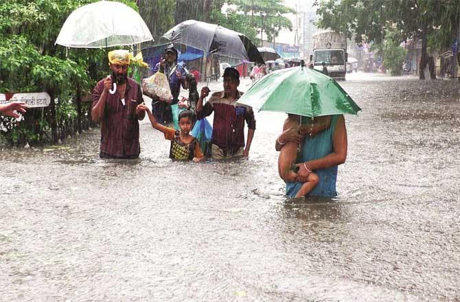Many areas in Bhiwandi were inundated with 3 to 4 feet of water which caused severe hardships to the citizens.Picture:Inquilab