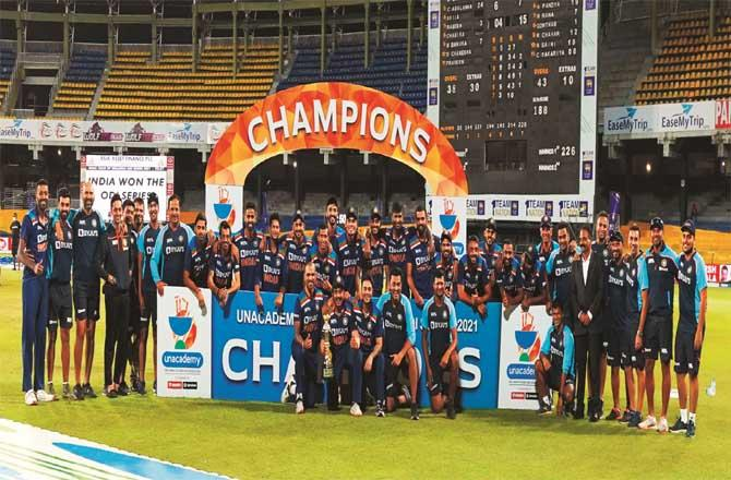 The Indian team and support staff that beat Sri Lanka on home soil can be seen with the trophy.Picture:PTI