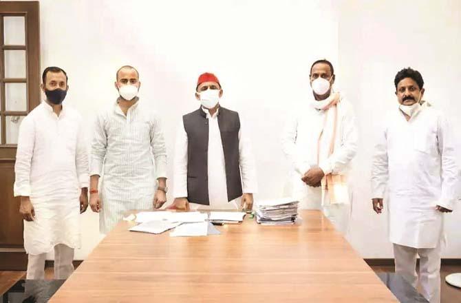 Samajwadi Party President Akhilesh Yadav with Shiv Shankar Singh Patel and other leaders.Picture:Inquilab