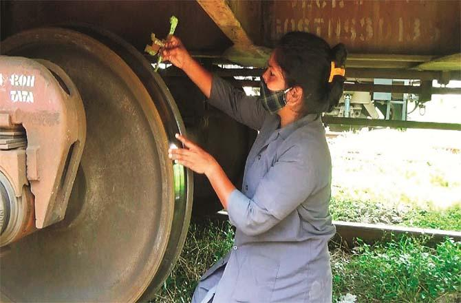Kalyan Railway Yard where female employees are doing brake testing of a freight train, maintenance of side panels and other work.  More about this source textSource text required for additional translation information Send.Picture:Inquilab